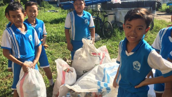 Ubud kids selling garbage to Sampah Jujur